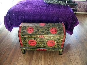 trunk-purple-bedspread-01