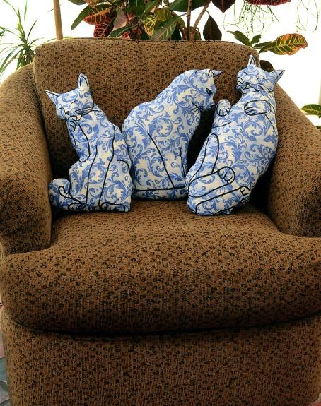 three-blue-cats-chair